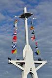 Mastro e bandeiras de sinal marítimas Fotografia de Stock Royalty Free