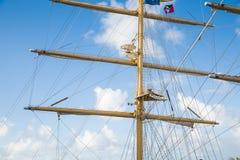 Mastro no navio de tosquiadeira com a bandeira na parte superior Imagem de Stock
