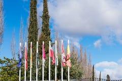 Mastros com as bandeiras dos lugares diferentes foto de stock
