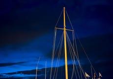 Mastros da vela contra o céu azul da noite imagens de stock royalty free