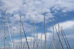 Mastros de navegar iate contra o céu azul iluminado pelo sol brilhante Tecnologias de voos charter da navigação e do cruzeiro imagem de stock