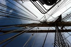 Mastros de um navio de navigação foto de stock