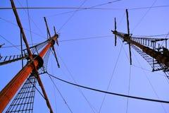 Mastros do navio de navigação velho no crepúsculo Foto de Stock