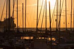 Mastros do ` s do barco de navigação: Beira-mar da doca Fotos de Stock