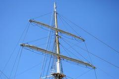 Mastros do veleiro no fundo do céu fotografia de stock royalty free