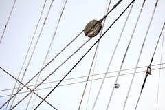 Mastros e corda do navio de navigação. Foto de Stock