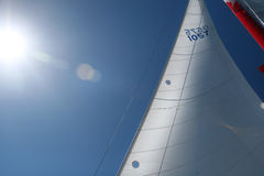 Mastros e velas em um barco, navio, alargamento de Sun imagem de stock