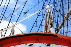 Masts och rep av seglingshipen. Royaltyfri Bild