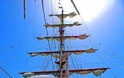 Mastsegelbåten seglar Arkivbilder