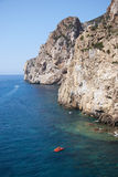 Masua的每日海的堆和有些小船夏令时(撒丁岛我 免版税库存图片