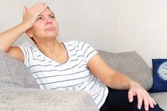 Masuje jego świątynie Kobiety cierpienie od migreny Problemy zdrowotni, Kobieta trzyma jej głowę z jej ręką fotografia stock