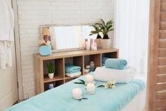 Masuje stół z ręcznikami, świeczkami i kamieniami, zdjęcie royalty free