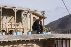 Masuleh, IRAN - December 22, 2017 een mens op de rand van het dak royalty-vrije stock foto's