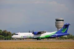 MASwings flygplan som åker taxi på Kota Kinabalu International Airport Royaltyfri Foto