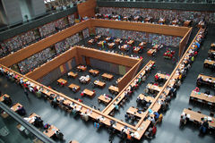 Masy są czytelniczymi książkami w Krajowej bibliotece Chiny. Zdjęcia Stock