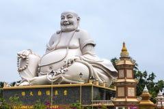 Masywna biała Siedząca Buddha statua przy Vinh Trang pagodą, Vietna Zdjęcia Stock