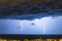 Masywna chmura gruntowa? b?yskawicowych rygle uderza horyzont miasto za?wieca fotografia royalty free