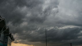 Masywne chmury blisko lotniska podczas grzmotu i zmierzchu zbiory wideo