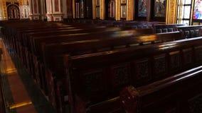 Masywne drewniane ławki w kościół zdjęcie wideo