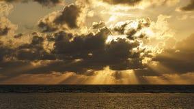 Masywni Sunbeams podczas wschód słońca nad przylądek udręką Austalia zdjęcia stock