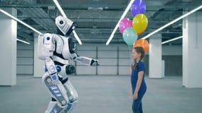 Masywny cyborg daje balonom macanie i dziewczyna jej ręka zbiory wideo