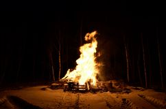 Masywny drewniany ogień w zimie obraz stock