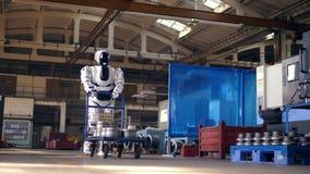 Masywny droid odtransportowywa tramwaj przez fabrykę zdjęcie wideo