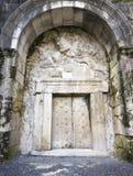 Masywny kamienny drzwi zdjęcia stock