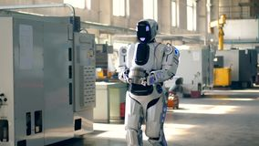 Masywny robot niesie metali talerze wzdłuż fabryki zdjęcie wideo
