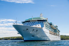 Masywny statek wycieczkowy na błękitne wody Zieloną wyspą Zdjęcia Stock