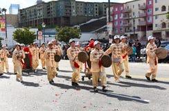 Maszerujący bawić się Chińskich instrumenty przy Los Angeles nowego roku Chińską paradą zdjęcia stock