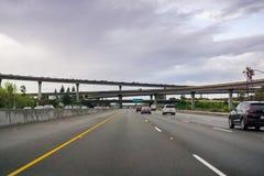 Maszeruje 20, 2017 autostrad wymian na chmurnym dniu - San Jose/CA/USA - zdjęcia royalty free