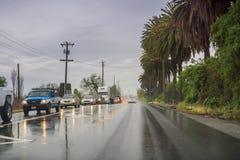 Maszeruje 20, 2017 Gilroy/CA/USA - Jadący przez deszczu na mokrej drodze obrazy stock