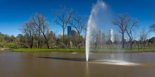MASZERUJE 7, 2018, HOUSTON, TEKSAS - Wysocy wzrostów budynki w Houston pejzażu miejskim od Glenwood cmentarza, Nowożytny, góruje zdjęcie stock