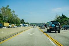 Maszeruje 16, 2017 Jedzie na autostradach Los Angeles okręg administracyjny na carpool pas ruchu - Los Angeles/CA/USA - zdjęcia stock