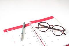 Maszeruje 2018 kalendarzowego dzienniczek z eyewear i pisze na białym backgrou Obraz Royalty Free