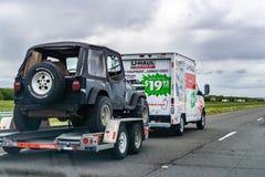 Maszeruje 20 2019 Los Angeles, CA, usa,/- łup Samochód dostawczy Podróżowanie na międzystanowym, ciągnący dżipa; łup jest Ameryka obrazy stock