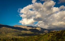 MASZERUJE 7, 2019, MALIBU, los angeles, CA, usa - G?rzysty krajobraz Ojai z greenfields i zmierzch chmurami obrazy stock
