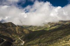MASZERUJE 7, 2019, MALIBU, los angeles, CA, usa - G?rzysty krajobraz Ojai z greenfields i zmierzch chmurami zdjęcie stock