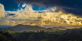 MASZERUJE 7, 2019, MALIBU, los angeles, CA, usa - G?rzysty krajobraz Malibu z greenfields i zmierzch chmurami obrazy royalty free