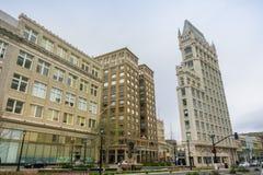Maszeruje 26, 2017 Oakland/CA/USA, - ulica w w centrum Oakland i katedra budynku na chmurnym dniu obrazy stock
