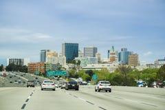 Maszeruje 26, 2017 Oakland/CA/USA - widok Oakland centrum finansowe od autostrady fotografia royalty free
