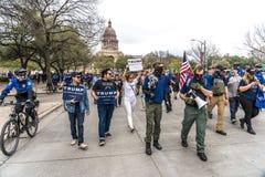 MASZERUJE 3, 2018, PRO-TRUMP wiec, AUSTIN TEKSAS atutów aktywiści i Zamaskowani atutów protestors - Teksas, Donald zdjęcia royalty free