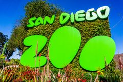 Maszeruje 19 2019 San Diego, CA, usa,/- Podpisuje przy wejściem San Diego zoo, balboa park zdjęcie stock
