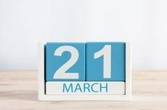 Maszeruje 21st dzień 21 miesiąc, dzienny kalendarz na drewnianym stołowym tle Wiosna czas, opróżnia przestrzeń dla teksta Fotografia Stock