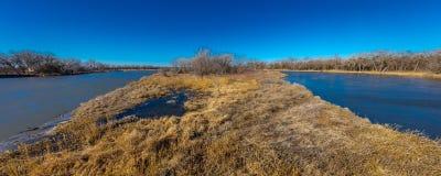 MASZERUJE 8, 2017, STANY ZJEDNOCZONE - krajobraz Platte rzeka, Środkowy Zachód - Uroczysta wyspa Nebraska, PLATTE rzek, - obrazy stock
