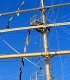 Maszt żeglowanie statek przeciw niebieskiemu niebu Obrazy Stock