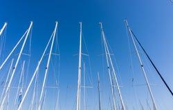 Maszt przeciw niebieskiemu niebu, statku maszt, marina w Europejskim mieście Obrazy Royalty Free