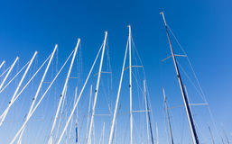 Maszt przeciw niebieskiemu niebu, statku maszt, marina w Europejskim mieście Fotografia Stock