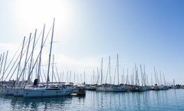Maszt przeciw niebieskiemu niebu, statku maszt, marina w Europejskim mieście Zdjęcia Stock